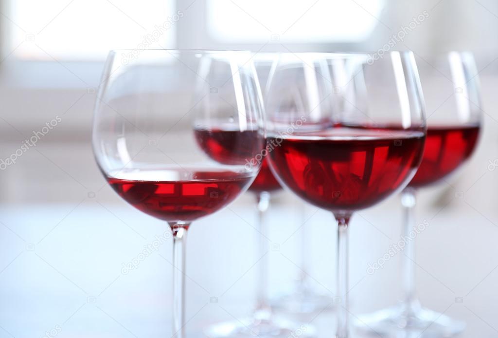 Lichte Rode Wijn : Glazen rode wijn op tafel op lichte achtergrond u stockfoto
