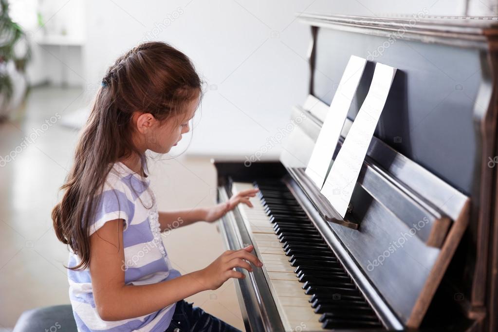 jeune fille clouter pour jouer du piano photographie belchonock 89100794. Black Bedroom Furniture Sets. Home Design Ideas