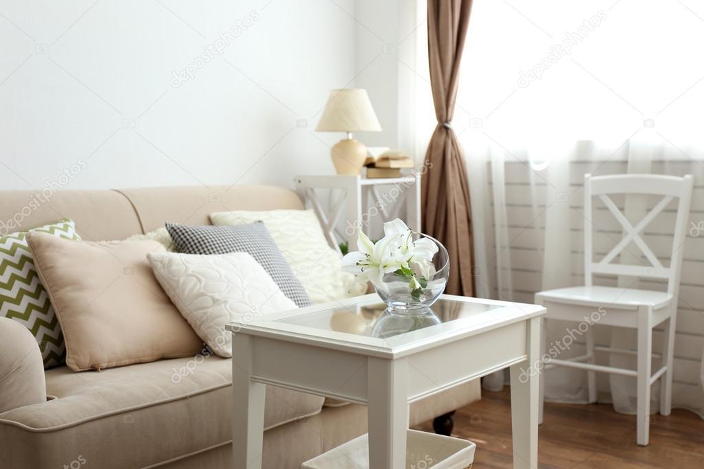 Divano di colore pastello con bellissimi cuscini e vaso for Salotti bellissimi