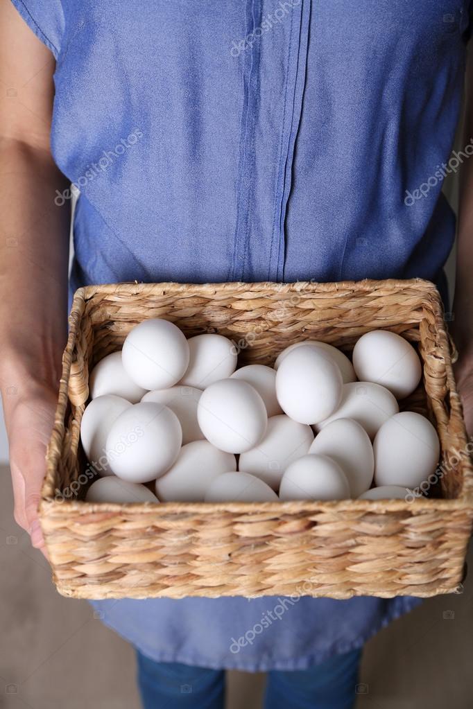 Яйца в руках женщины 5