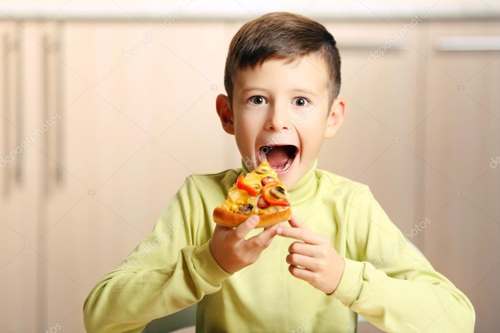 kid eating pizza - 1023×682