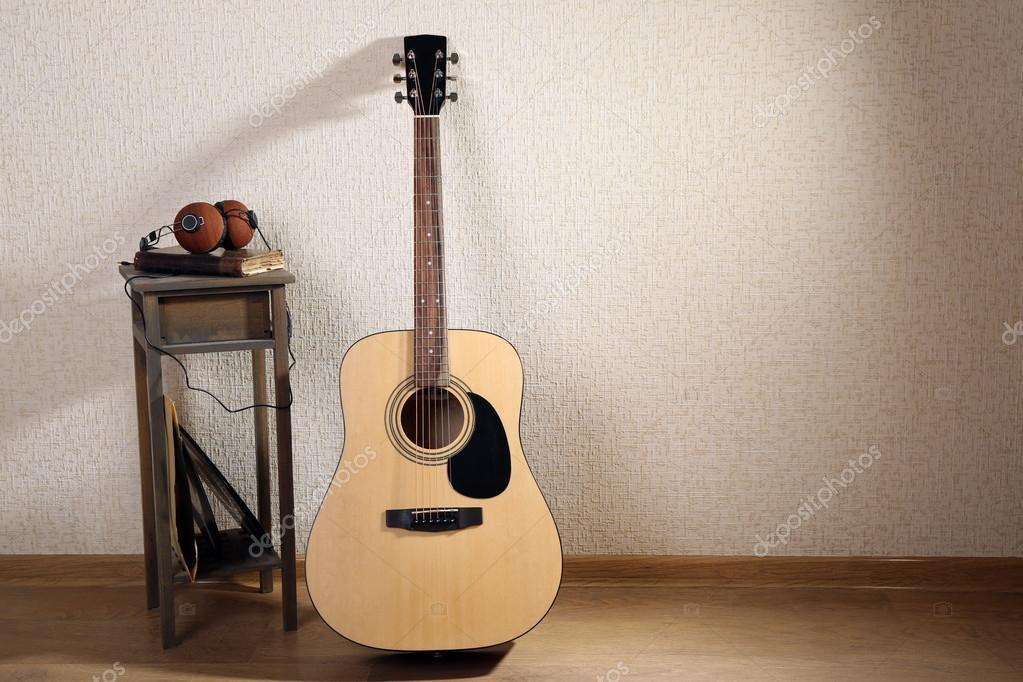 Chitarra acustica appoggiata u2014 foto stock © belchonock #90896422