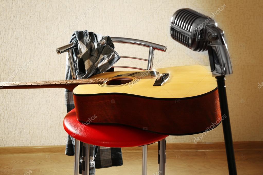 Chitarra su sgabello rosso e microfono u2014 foto stock © belchonock