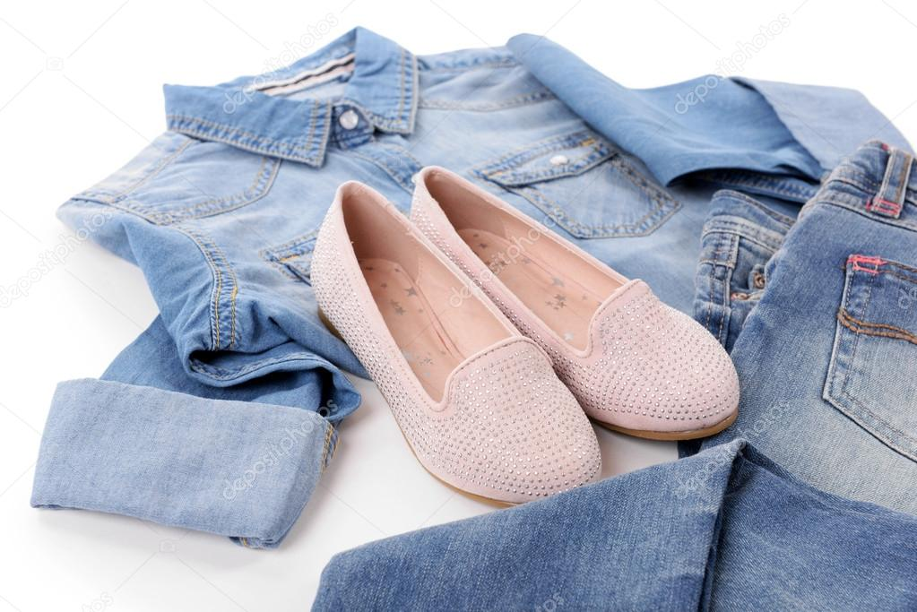 65817334a00f Μπλέ τζιν πουκάμισο και τζιν με ροζ παπούτσια που απομονώνονται σε λευκό  φόντο — Εικόνα από ...