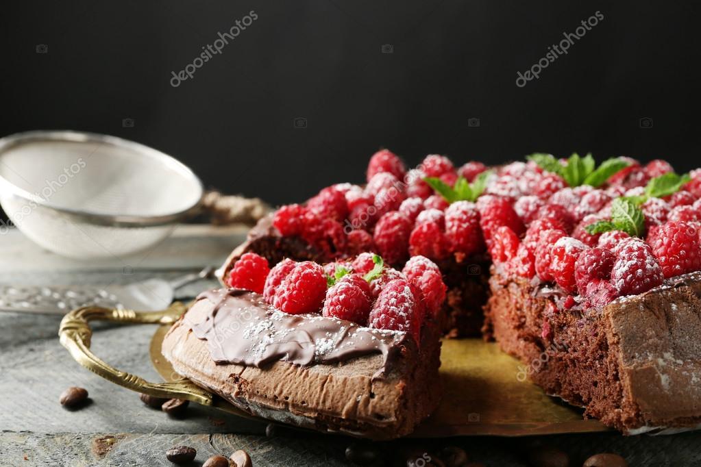 Kuchen Mit Schokoladenglasur Und Himbeeren Stockfoto C Belchonock