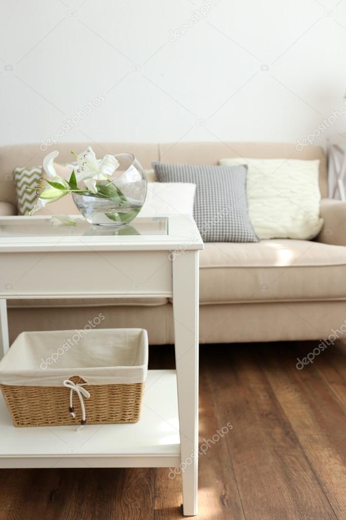 Sofá de cor pastel com lindas almofadas e vaso com flores na mesa à sua  frente na sala — Fotografia por belchonock d652f59dac