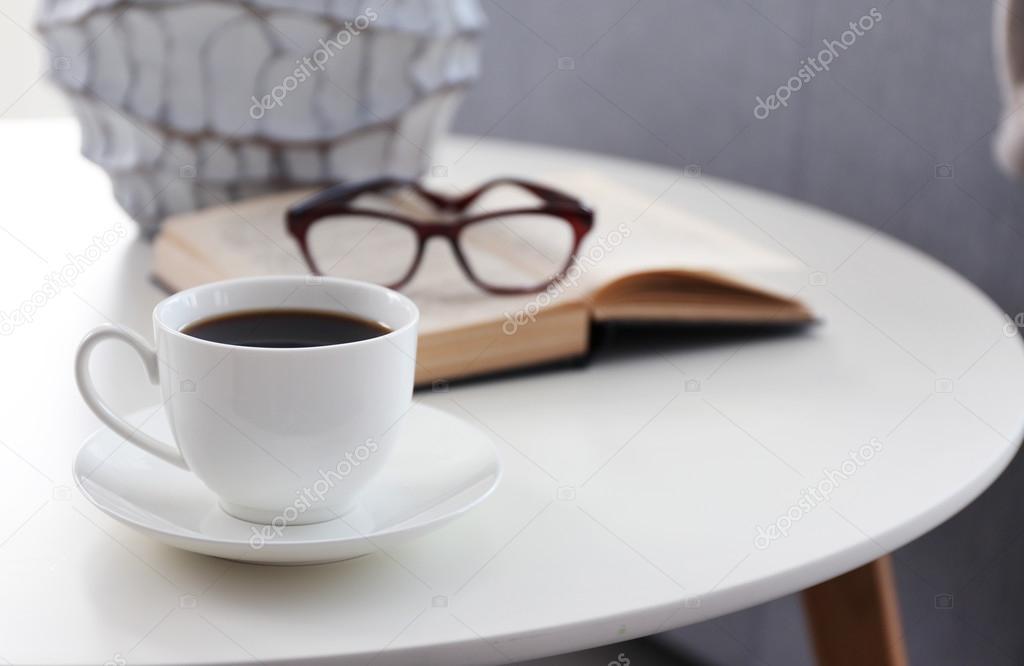 Tasse kaffee mit buch auf tisch im zimmer stockfoto for Zimmer tisch