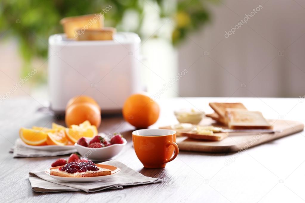 Sirve de mesa para el desayuno con tostadas caf y frutas for Mesa desayuno