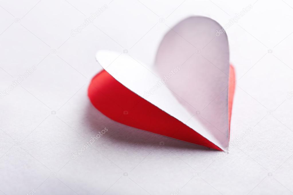 Whitepaper-Herz auf rotem Hintergrund ausgeschnitten — Stockfoto ...