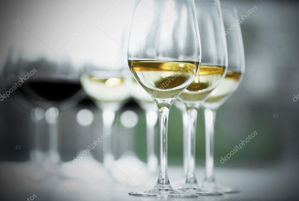Lichte Rode Wijn : Wijnglazen met witte en rode wijn op houten tafel op lichte