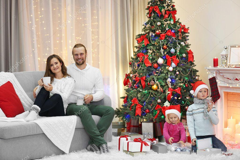Kerst familie in vakantie woonkamer — Stockfoto © belchonock #92775252