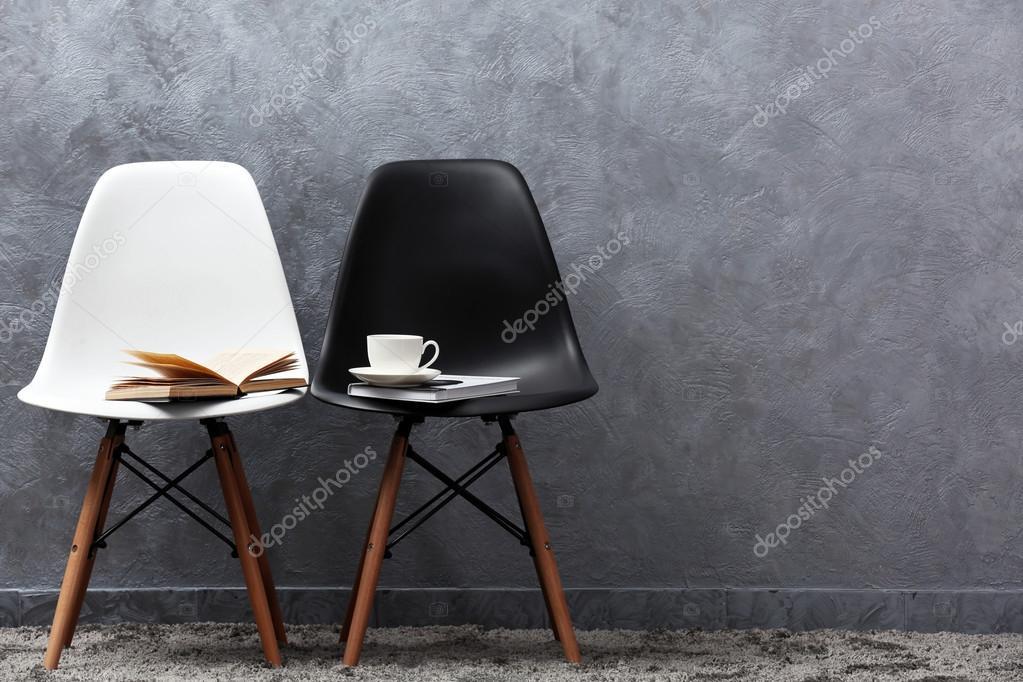 Sedie Bianche Eleganti : Elegante concezione con sedie bianche e nere su sfondo grigio