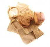 Plátky chleba s ušima a mouky na ubrousek izolovaných na bílém