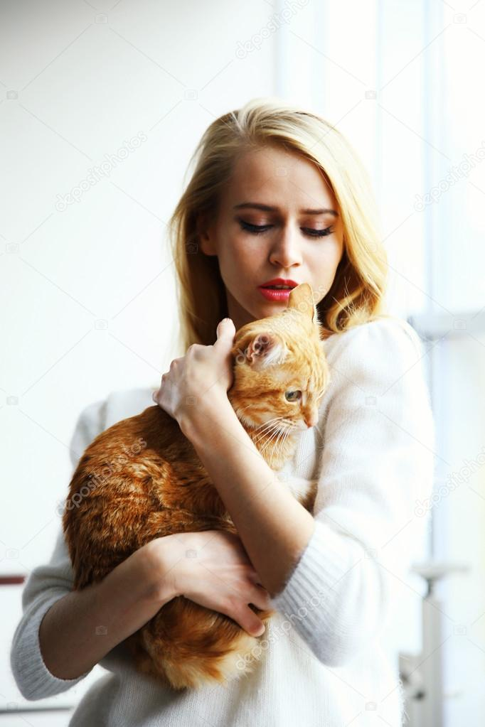 Кот держит девушку на руках