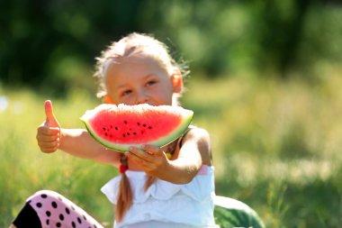 """Картина, постер, плакат, фотообои """"Маленькая девочка ест арбузы на лужайке"""", артикул 95293470"""