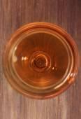 Sklenka vína na stole