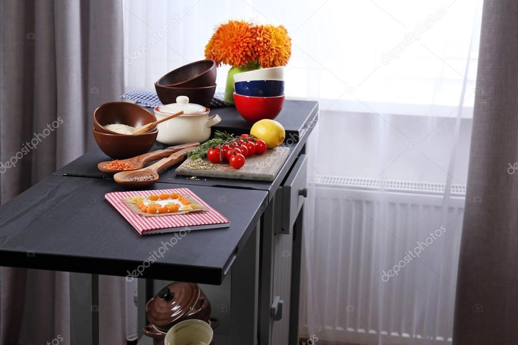 Bunte Geschirr mit Produkten — Stockfoto © belchonock #95305442