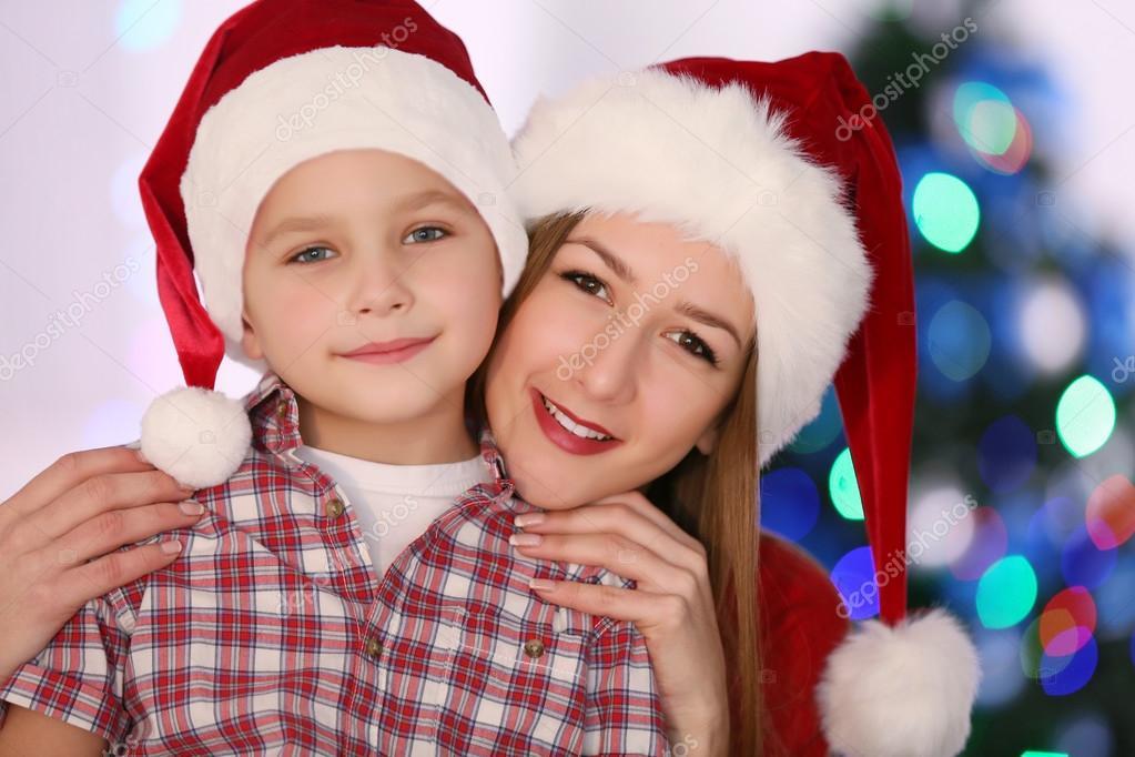 Meisje en jongen op kerstmis kamer u stockfoto belchonock