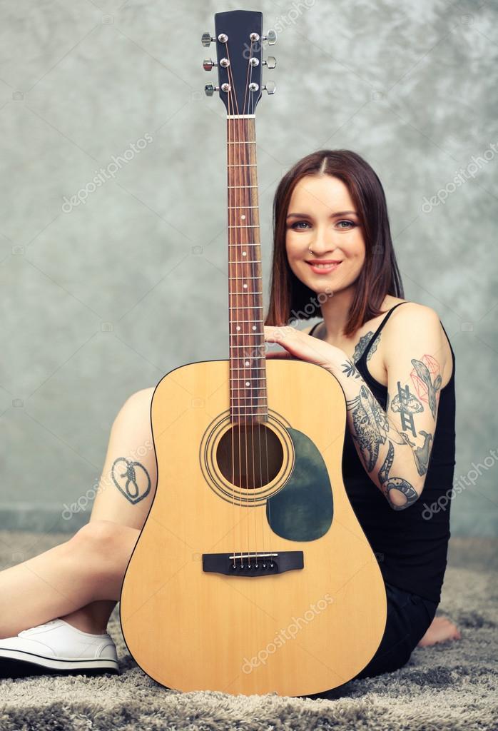 Femme Tatouage Et Guitare Photographie Belchonock C 95444788