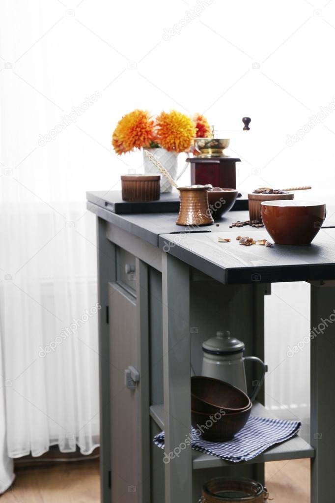 Preparazione del caffè sul tavolo della cucina — Foto Stock ...