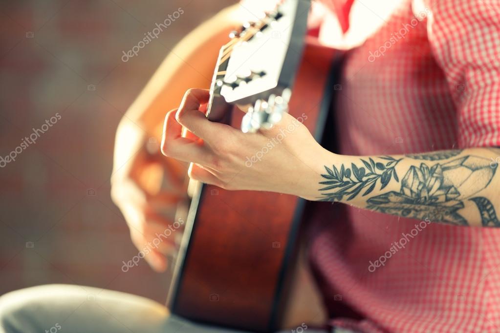 Femme Avec Tatouage Jouer De La Guitare Photographie Belchonock