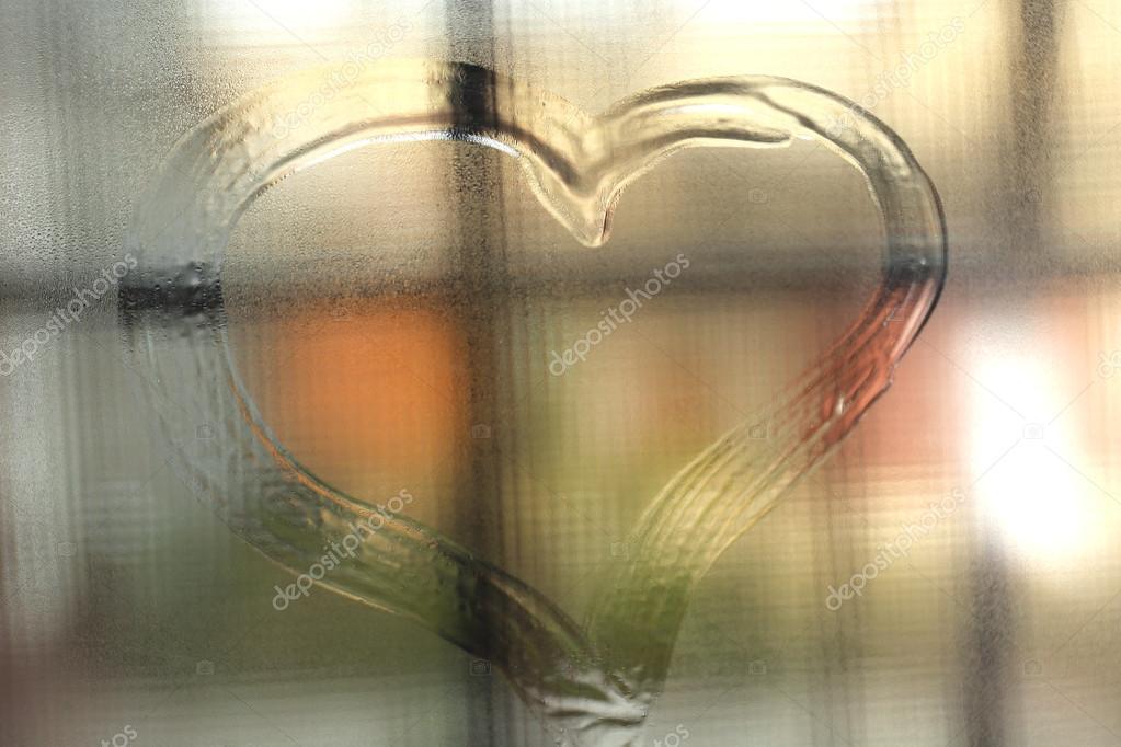 Фото на запотевшем окне сердечко