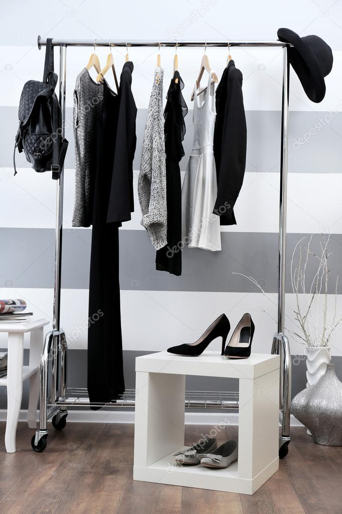 c773eebce0 Γυναικεία ρούχα σε κρεμάστρες — Φωτογραφία Αρχείου © belchonock ...