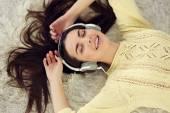 žena s sluchátka poslouchat hudbu