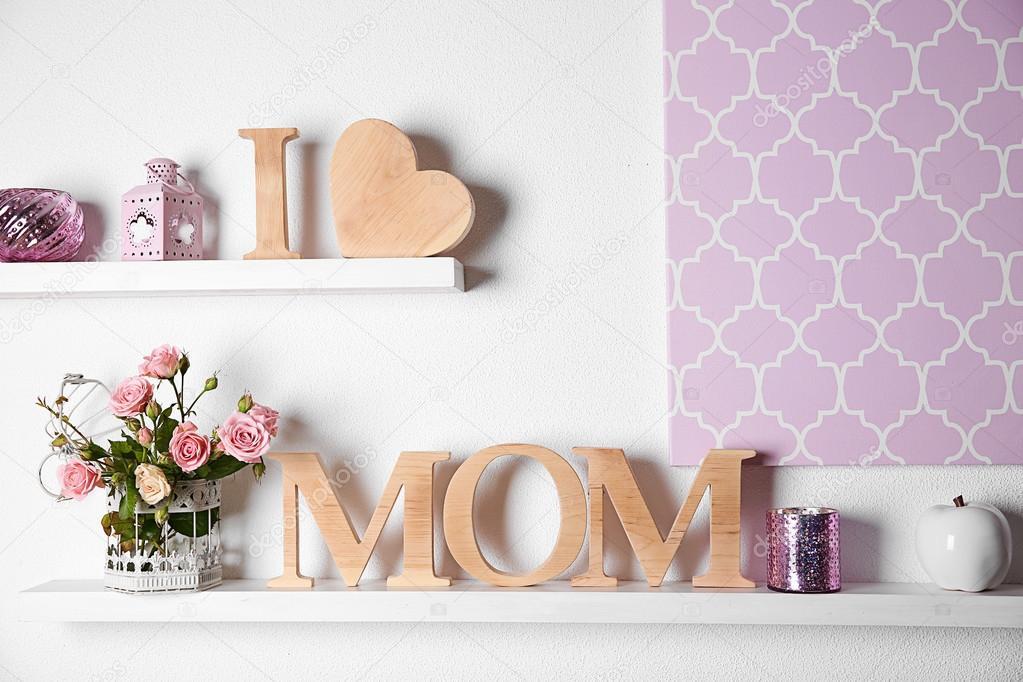 Lettere Di Legno Da Appendere : Iscrizione di lettere in legno con cuore e fiori u foto stock