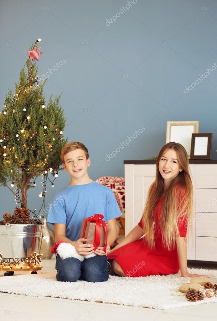 Schwester Und Bruder Mit Geschenk Box Weihnachten Zimmer — Stockfoto ...