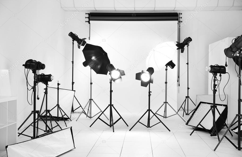 Studio fotografico con apparecchi di illuminazione u foto stock