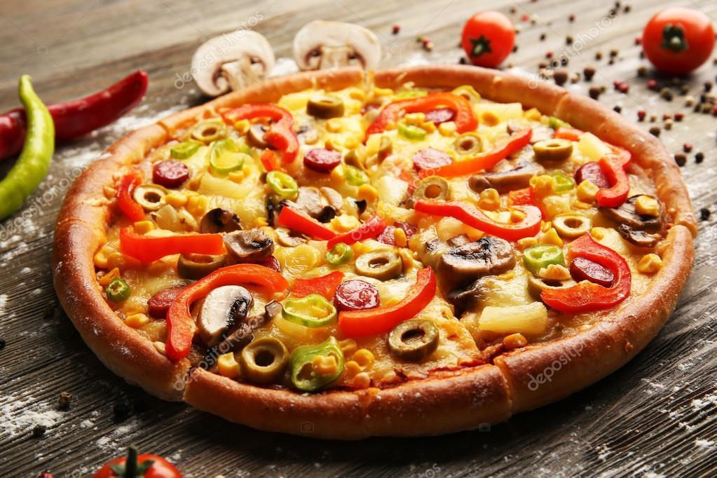 k stliche geschnittene pizza mit gem se stockfoto belchonock 99650166. Black Bedroom Furniture Sets. Home Design Ideas