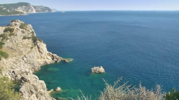 Korfu Küste, hohe Klippen im Norden einer Insel, Griechenland