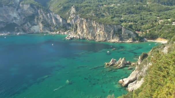 Skalnaté pobřeží ostrova Korfu, Řecko.
