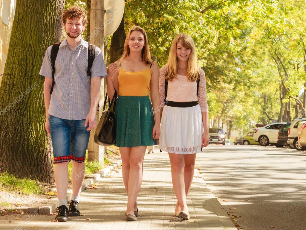 Amigos De Tres Personas Caminando Al Aire Libre
