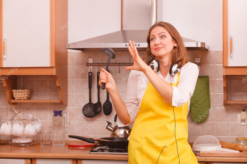 Hausfrau tanzen in der Küche — Stockfoto © Anetlanda #123547464