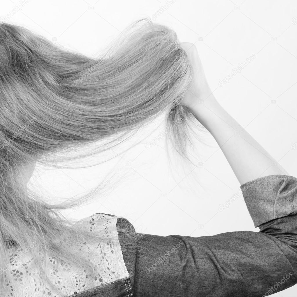 Sarışın Kadın Saç Ile Oynamak Stok Foto Anetlanda 124497558