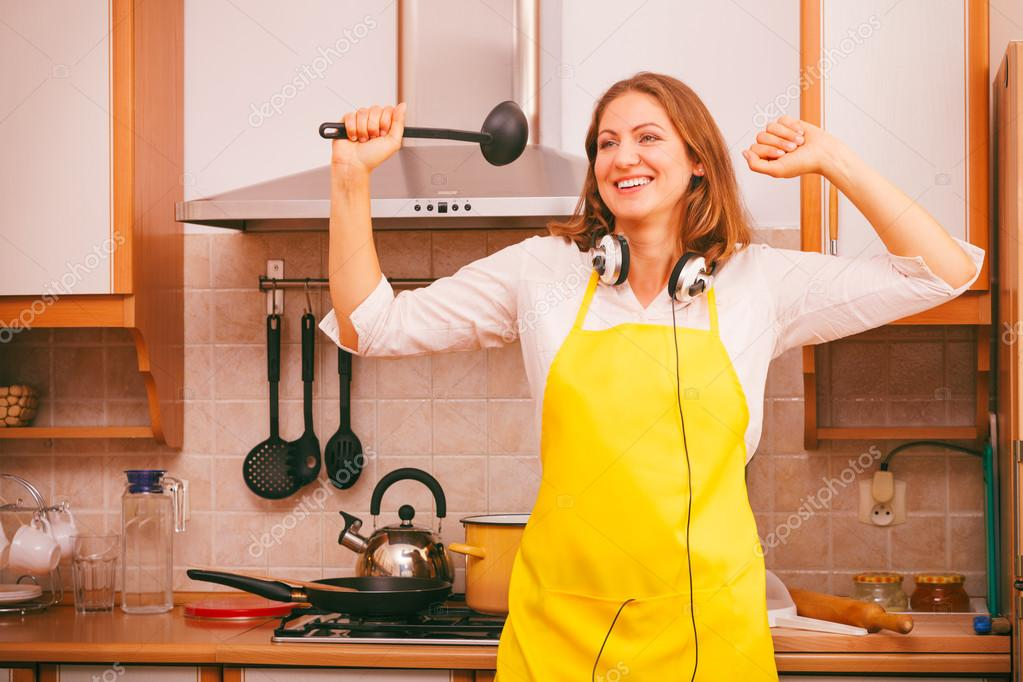 Hausfrau tanzen in der Küche — Stockfoto © Anetlanda #95289180