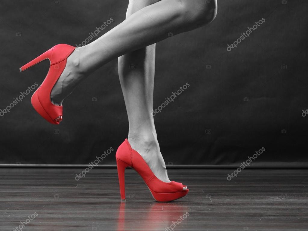 Tacones rojos tacon zapatos sexy piernas mujeres foto de stock anetlanda 99304068 - Con 2 tacones ...