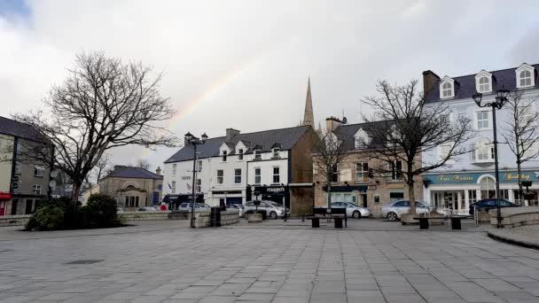 DONEGAL, IRLAND - 11. Mai 2021: Während der Covid-19-Pandemie leuchtet der Regenbogen über Donegal Town