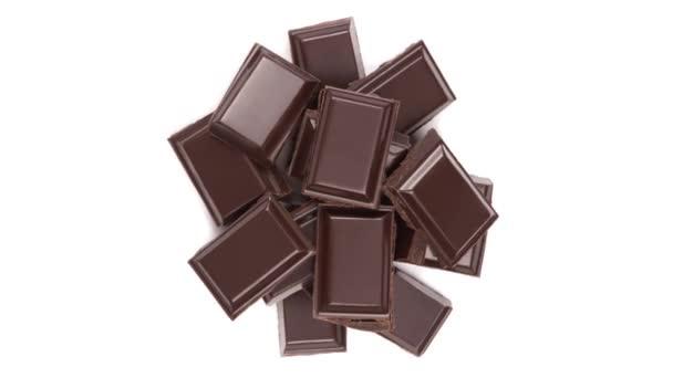 Pomalu se otáčející hromada polámaných čokoládových tyčinek. Horní pohled