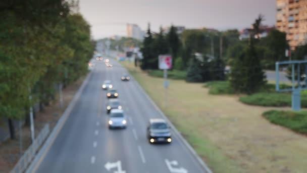 Automobilové dopravy na avenue ve městě