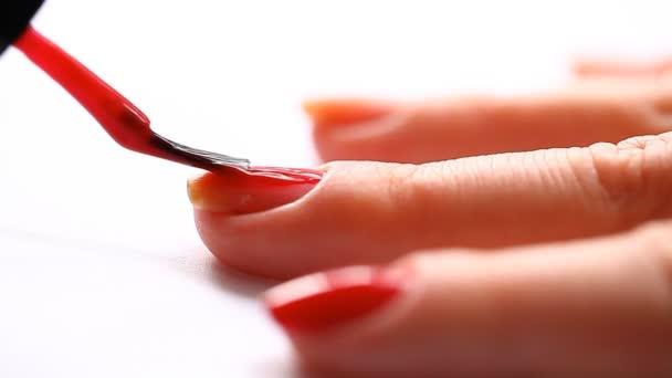 žena maluje nehty