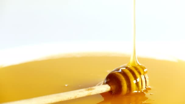 Med v misce plné medu