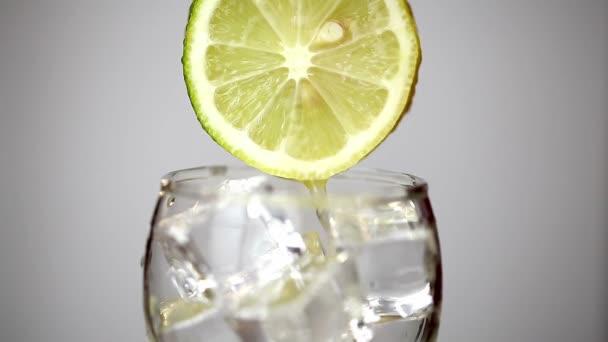 Citrónové šťávy nalije do sklenice