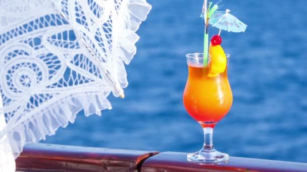 Cocktail in ein Glas