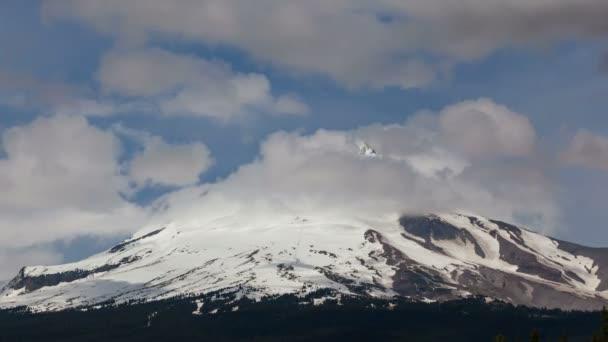 Ultra vysoké rozlišení 4 k čas zanikla film pohybující mraky a mlha nad majestátním Mount Hood v Oregonu closeup 4096 x 2304