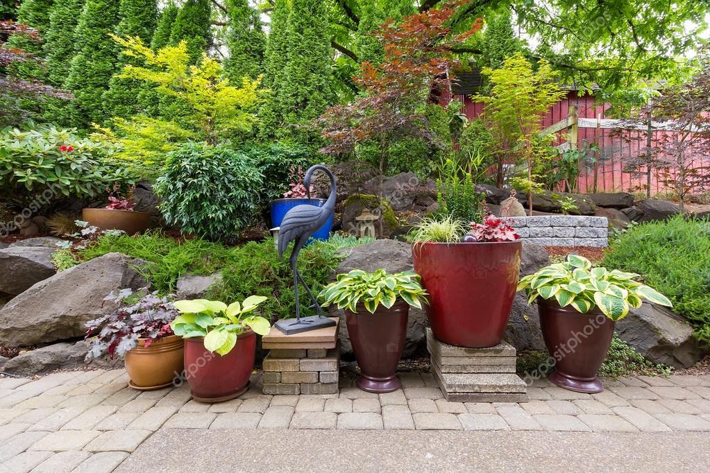 Tuin achtertuin landscaping met planten en grind steen u stockfoto