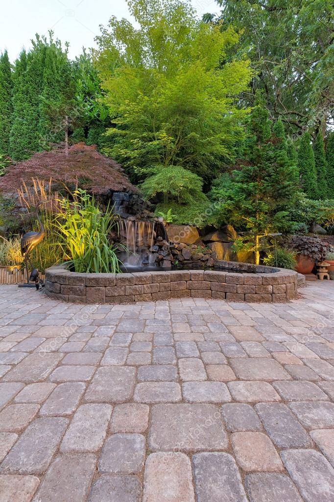 Pavé brique Patio avec bassin cascade — Photographie jpldesigns ...