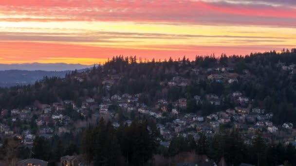 Časová prodleva barevný západ slunce nad obytných domech v příměstské Happy Valley i 1080p